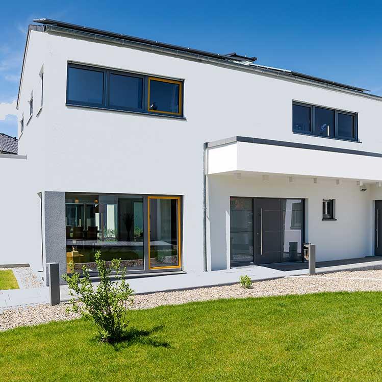 Ein Wohnhaus mit moderner Architektur