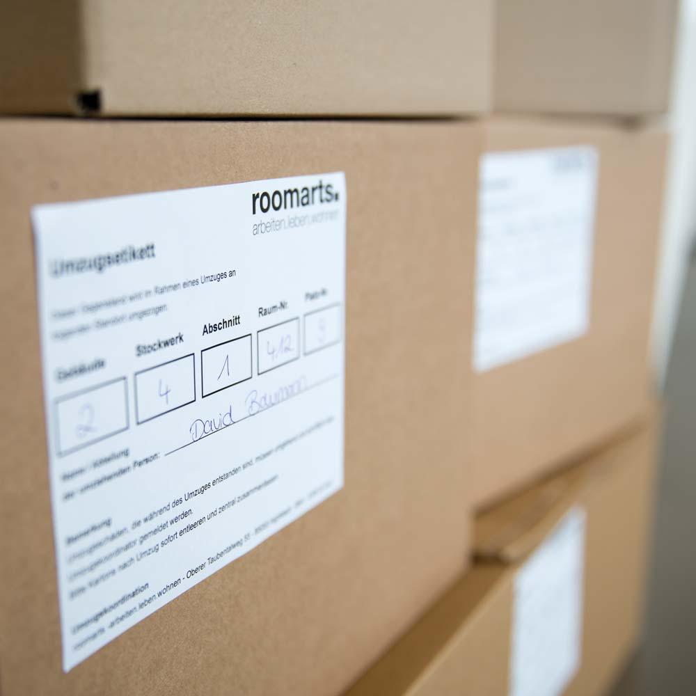 Beschriftete Umzugskartons beim Umzugsmanagement durch roomarts