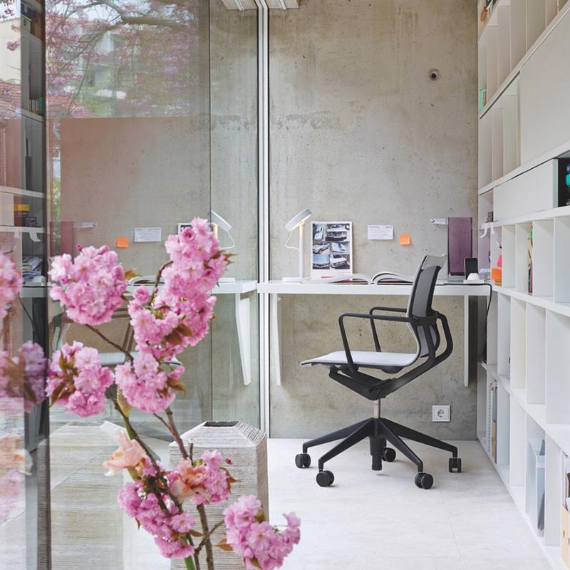 Büroarbeitsplatz mit Glas in modernen Arbeitswelten
