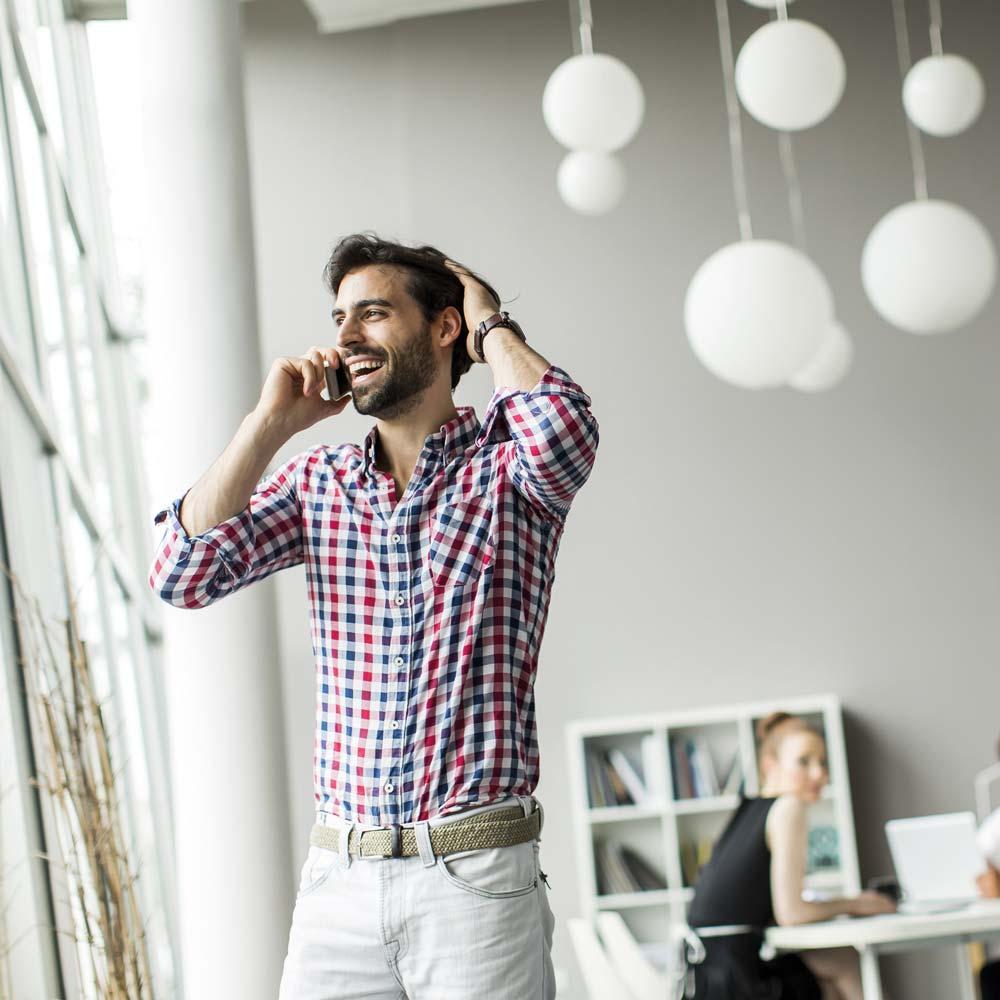 Karriere bei roomarts - Innenarchitektin sitz am Schreibtisch und arbeitet an einem Bauplan