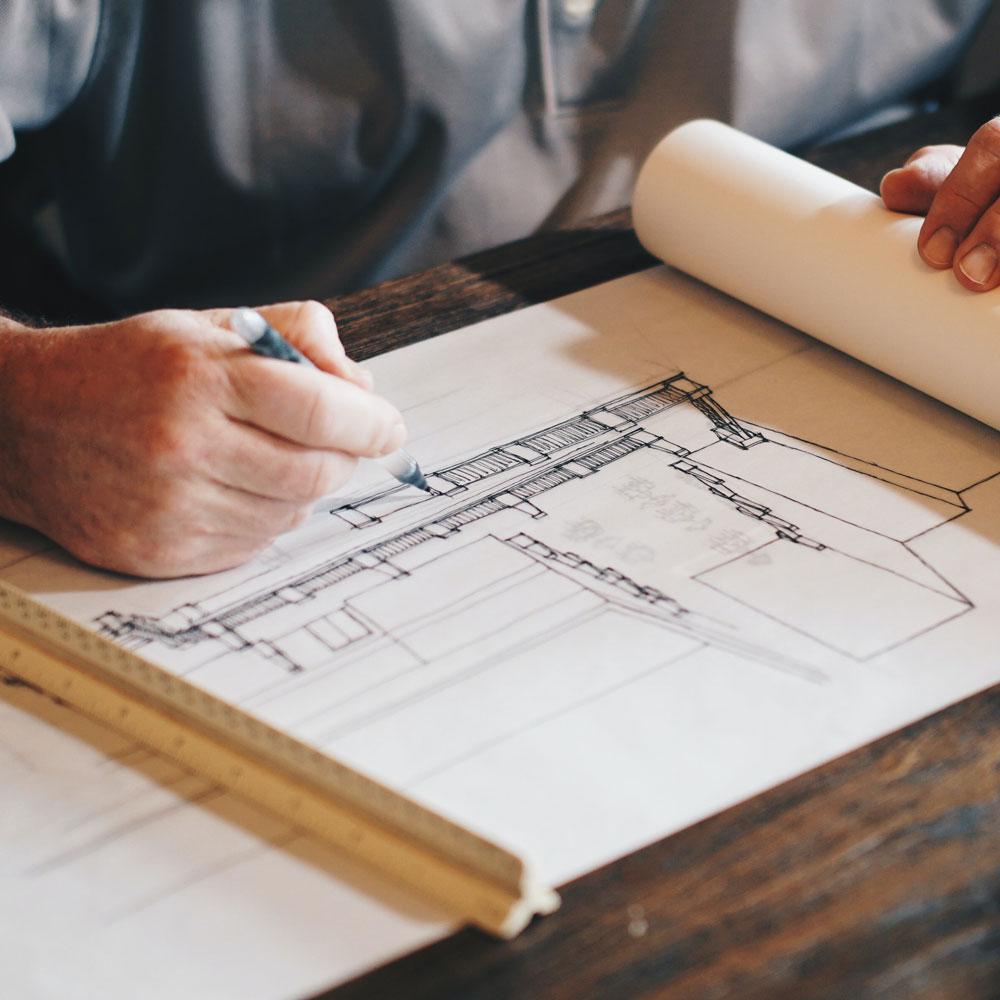 Karriere bei rommarts - Architekt telefoniert im Büro